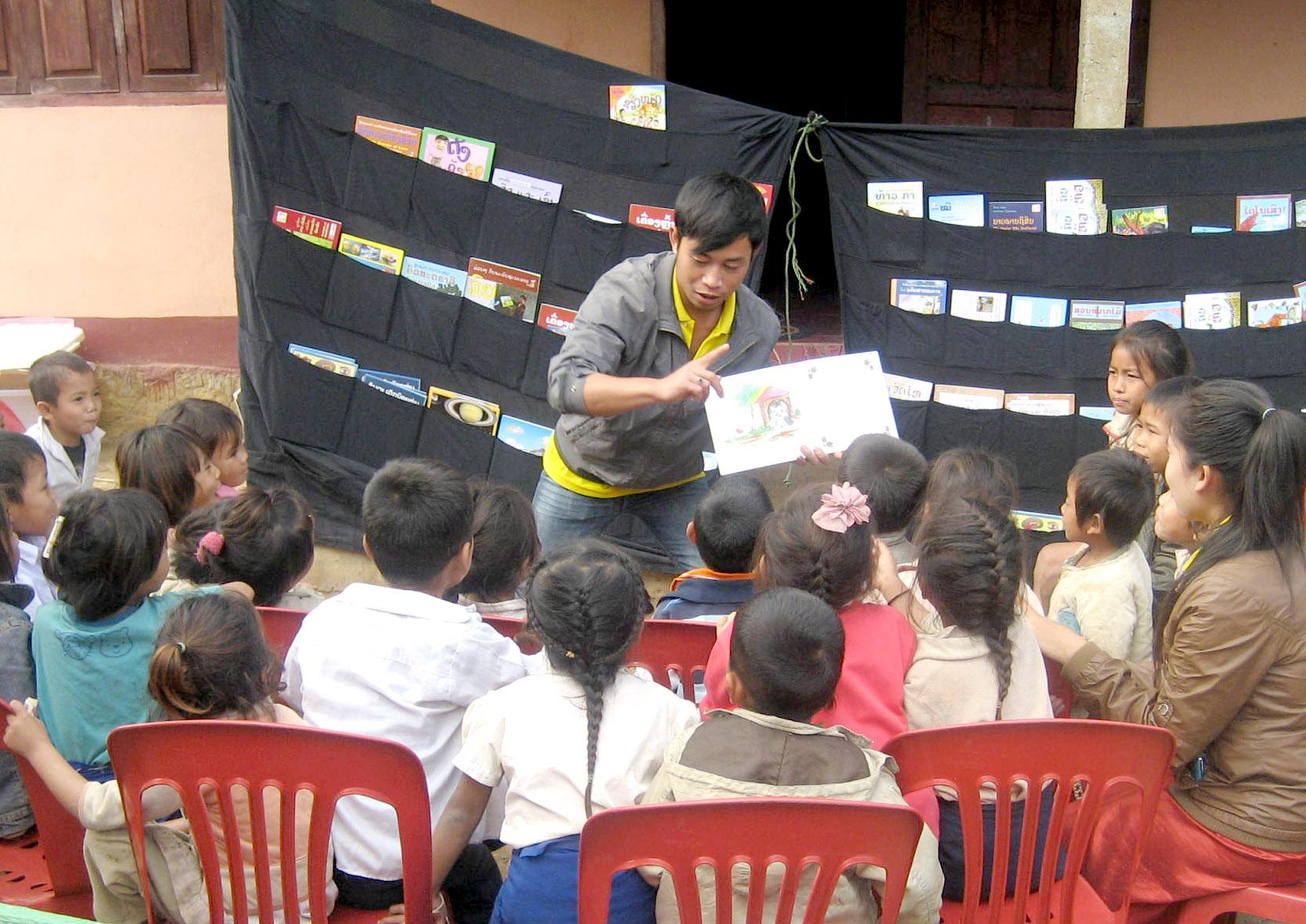 Reading_aloud_LPB_Laos